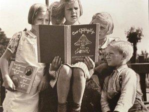 foto di bambini tedeschi che leggono libri antisemiti